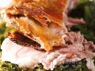 Печено ярешко месо върху сол със спанак, лапад и пресен зелен лук на фурна